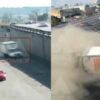 ¡Por esquivar a un peatón! Camión se vuelca en la México-Toluca