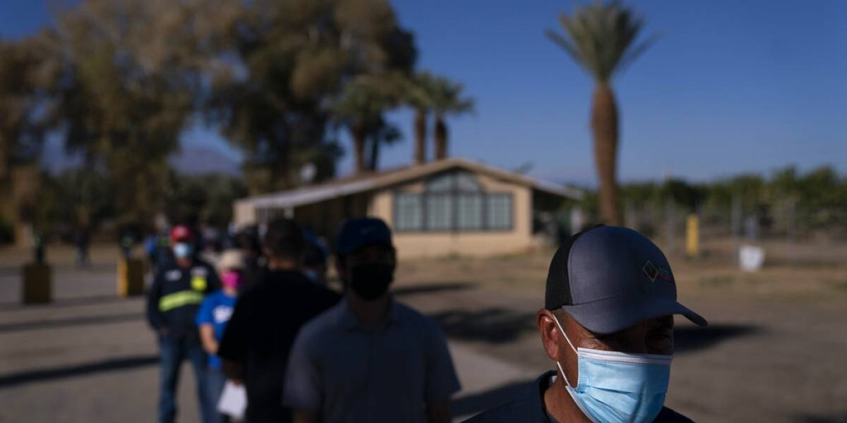 Desconfianza e idioma dificultan vacunar a migrantes en Estados Unidos
