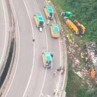 Ônibus perde controle e tomba na serra de Guaratuba, matando 18 passageiros