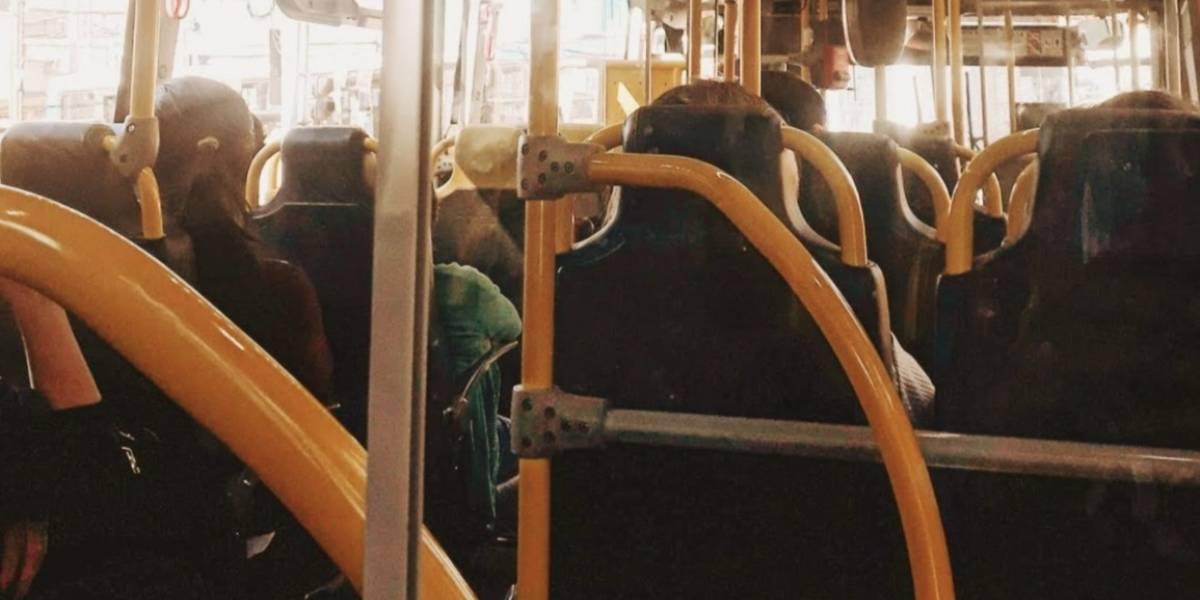 Expertos recomiendan no hablar ni llamar por celular en el transporte público para evitar contagios