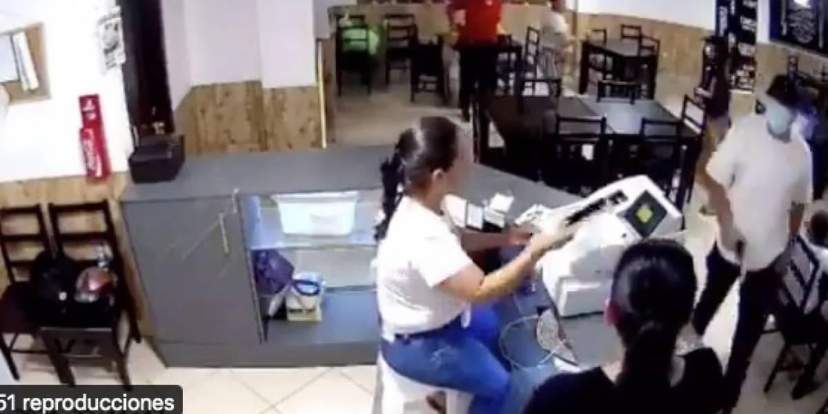 'Pareja del terror' roba locales y el último en el norte de Guayaquil quedó captado en VIDEO
