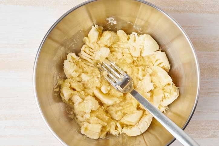 Tritura previamente los 4 plátanos con un tenedor