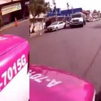 Ciclista capta el momento exacto en que un taxista lo atropella