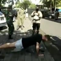 Policías en Indonesia obligan a hacer lagartijas a turistas sin cubrebocas