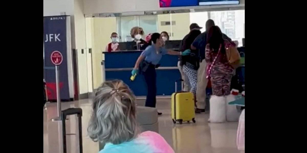 Arrestan otra turista por agresión a policía en aeropuerto de Carolina