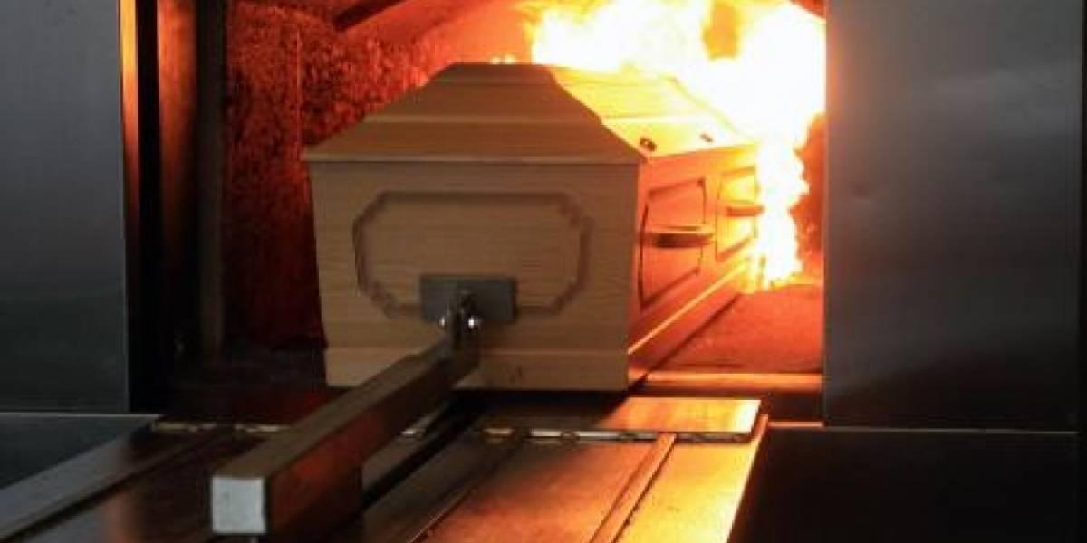 Filha salva mãe de ser cremada viva instantes antes do caixão entrar no forno crematório