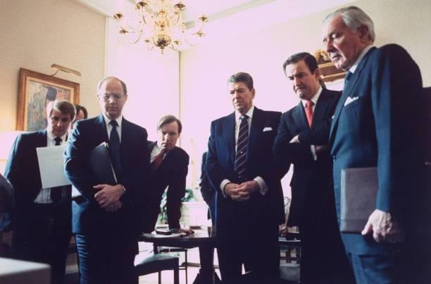 Ronald Reagan y su gabinete mientras veían la transmisión.