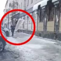 ¡De milagro! Mujer se salva de ser aplastada por enorme bloque de hielo en Rusia