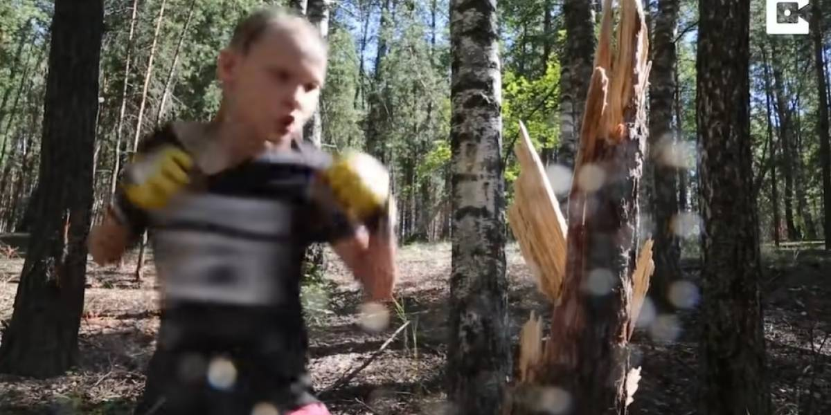 Desconecta.- Esta niña de 10 años destroza un árbol mientras practica boxeo