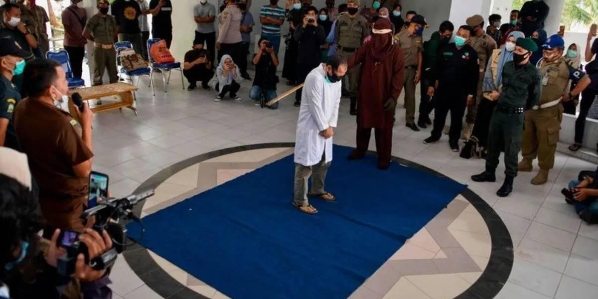 Azotan públicamente a pareja homosexual en Indonesia tras sentencia de tribunal