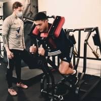 Raúl Jiménez vuelve a entrenar en gimnasio tras fractura de cráneo
