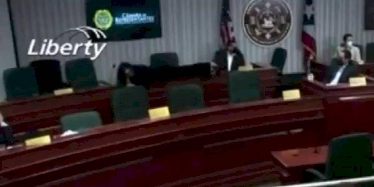 Legisladora de MVC explica por qué se acostó en una mesa en vista cameral