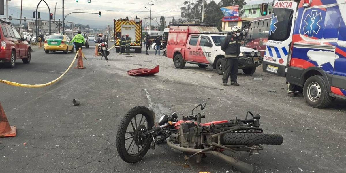 Dos heridos por accidente de tránsito en Tambillo que involucró tres vehículos y una moto