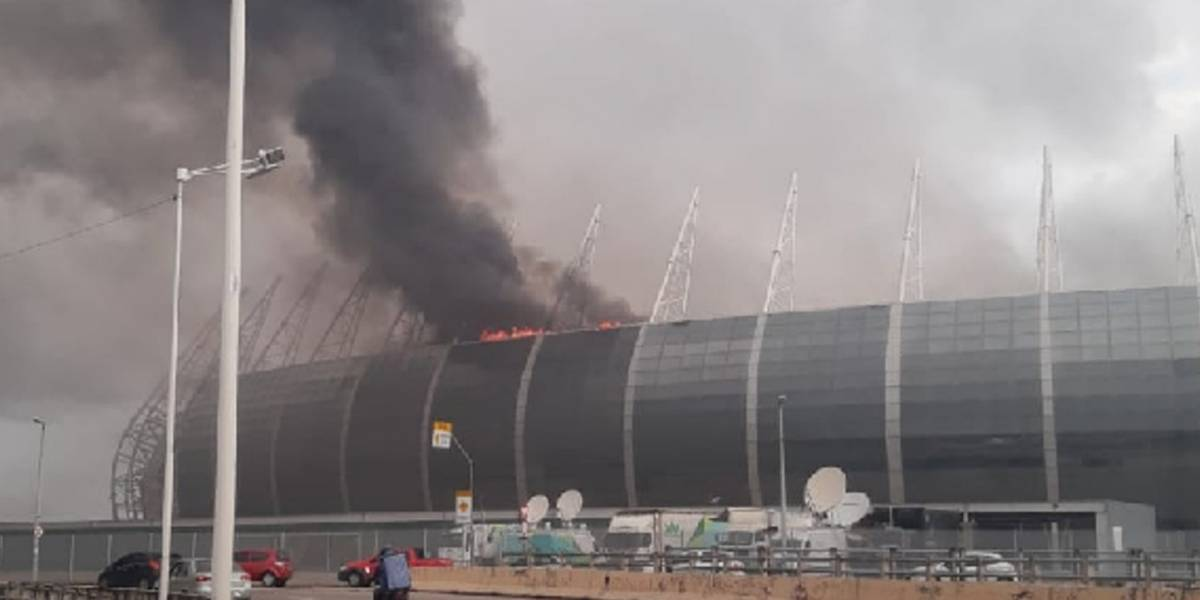 VIDEO: Se incendia estadio del 'No era Penal' en Brasil 2014