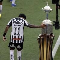 Marinho, de Santos, toca el trofeo previo a la final de la Libertadores