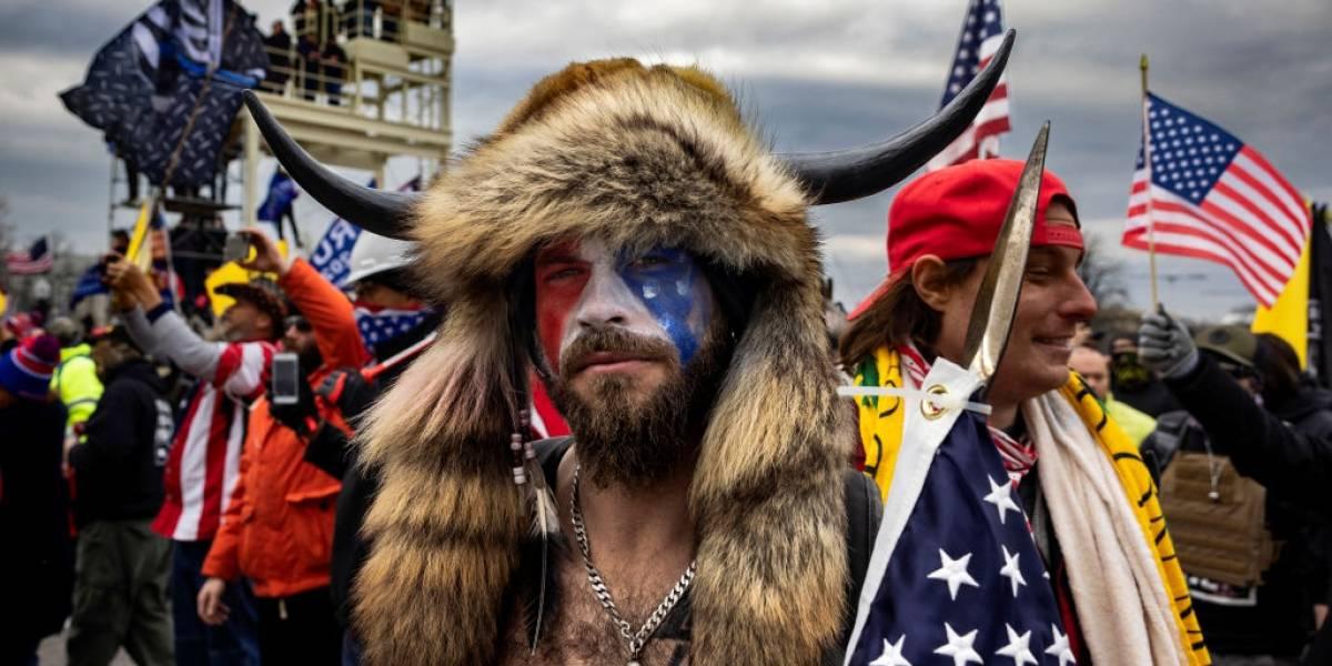 El chamán-bisonte del Capitolio ahora quiere testificar contra Trump
