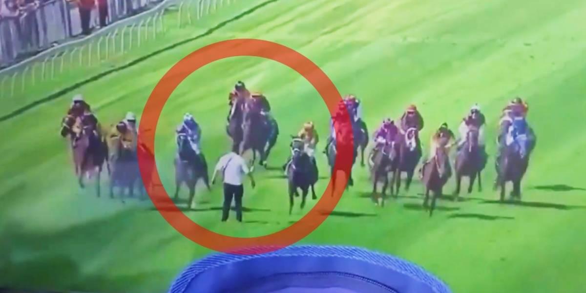 VIDEO: Hombre se salva de milagro tras invadir carrera de caballos