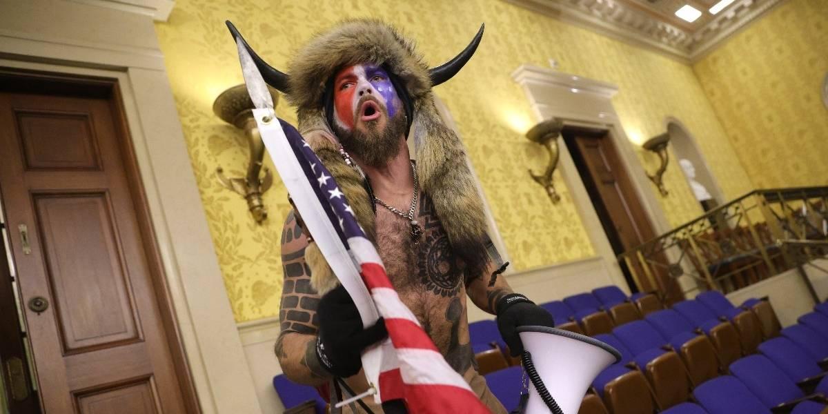 """El """"bisonte"""" del asalto al Capitolio se dio una vuelta de carnero: ahora testificará contra Trump en el impeachment"""