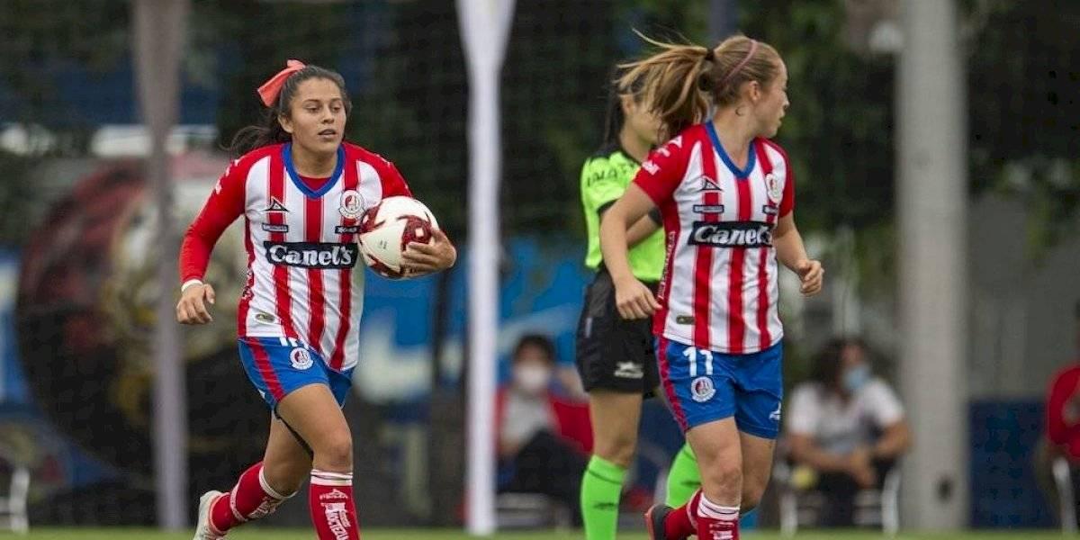 Jugadora del Atlético San Luis marca gol desde media cancha