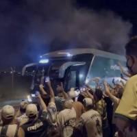 Hinchas del Palmeiras celebran la llegada del equipo ganador de la Copa Libertadores