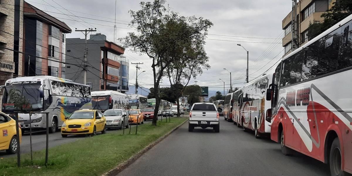 Transportistas piden se elimine el alza del combustible
