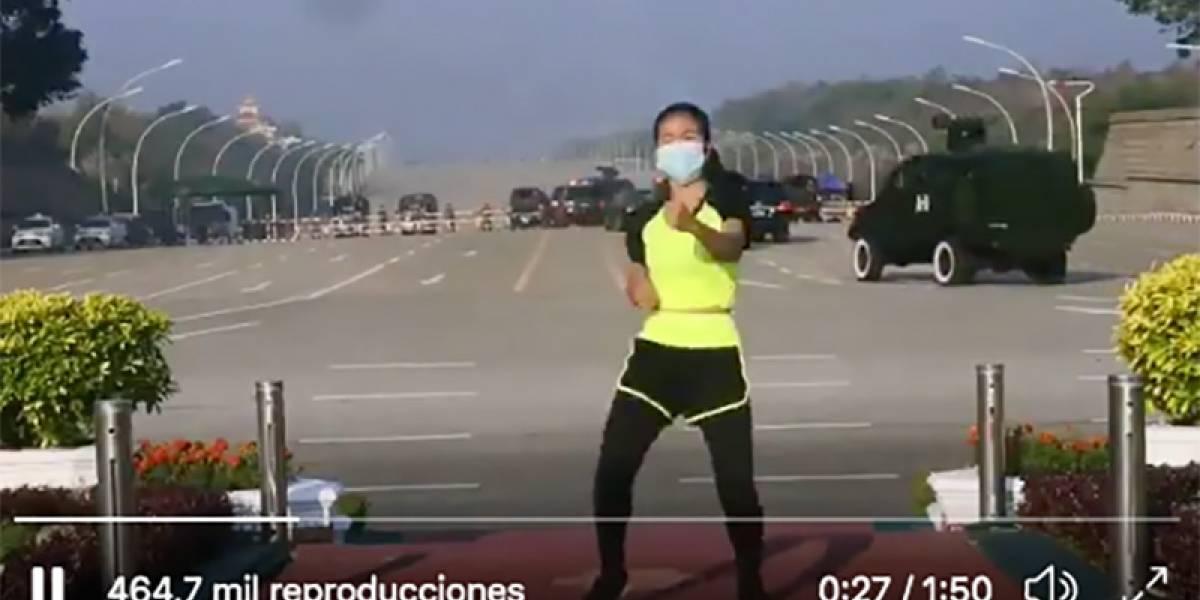 Vídeo: professora de aeróbica continua aula online sem perceber militares dando um Golpe de Estado