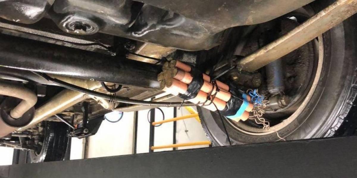 Gaiatos escondem explosivo falso na parte de baixo de carro de amigo que iria passar por inspeção
