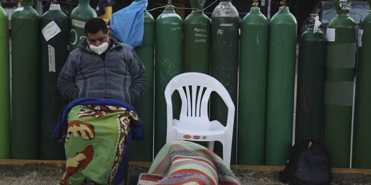 Hombre peruano muere de COVID tras pasar seis días buscando llenar tanque de oxígeno