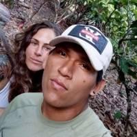 Por amor: jovem britânica deixa vida de luxo para viver na floresta com jovem peruano