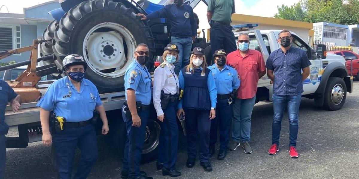 Policías llevan tractor hasta comunidad en Sabana Grande para ayudar a recuperar parque