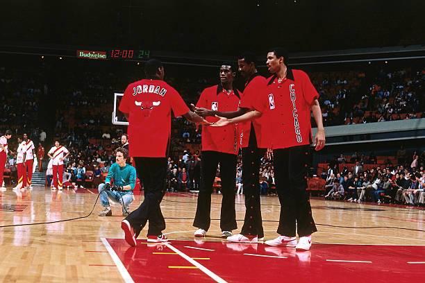 """Jordan con zapatillas rojas y negras, mientras que sus compañeros cumplían con la """"regla del 51% blanco""""."""