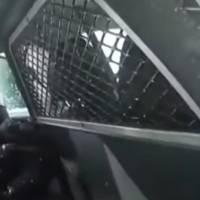 Video: Controversia por policías que esposan y rocían con gas pimienta a una niña de 9 años