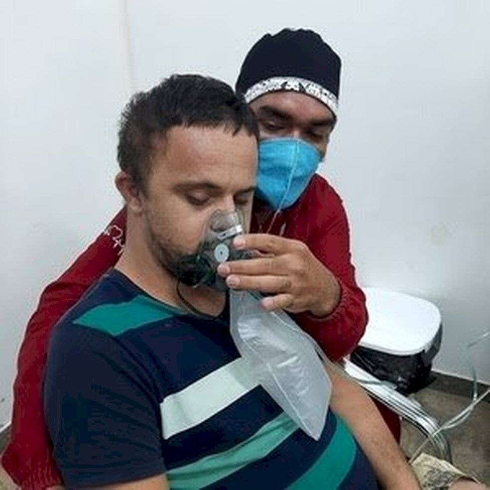 Raimundo Nogueira Matos logró suministrarle oxígeno a su paciente Émerson Junior con síndrome de Down y contagiado con Covid-19