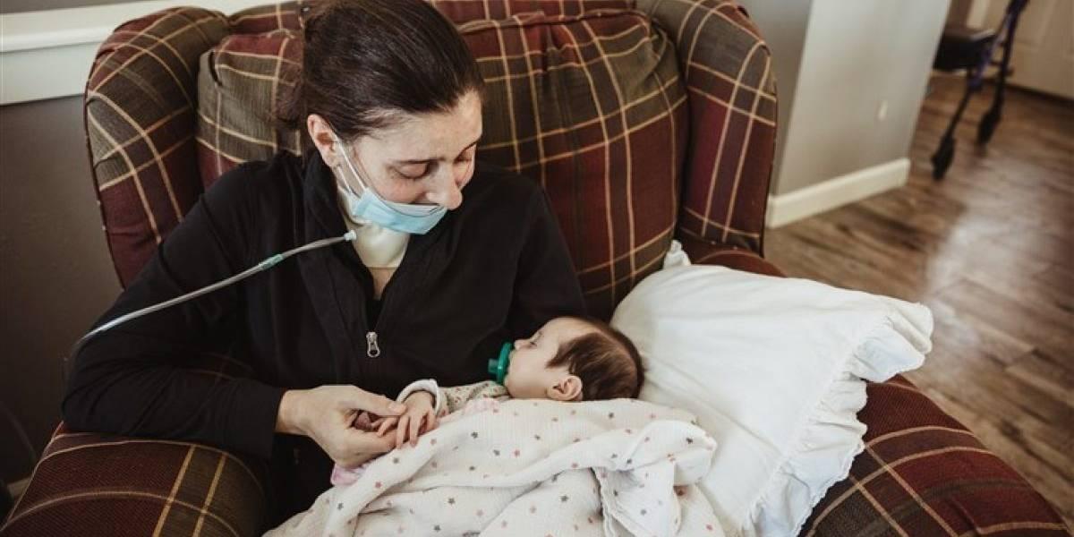 Estuvo en coma, se levantó, y pudo conocer a su hija tres meses después de nacer