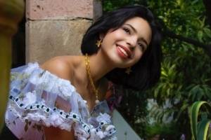 Ángela Aguilar combina top de gasa negro y mini falda étnica en su look más ecléctico