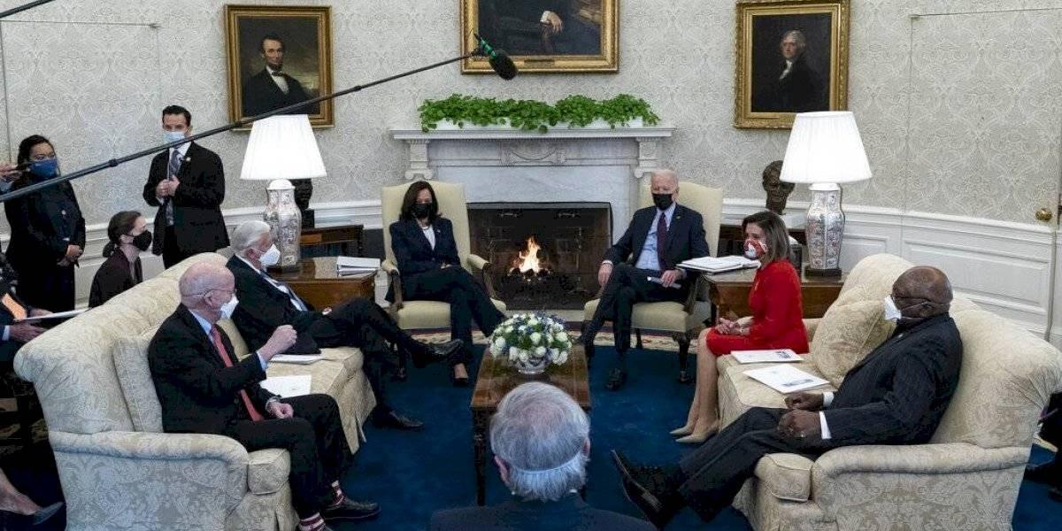 Biden discute con líderes demócratas plan para aprobar paquete de ayuda que incluye cheques de $1,400