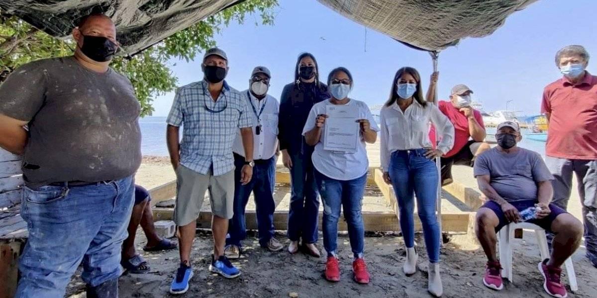 Municipio de Salinas dona $10 mil a pescadores para reparaciones de su muelle