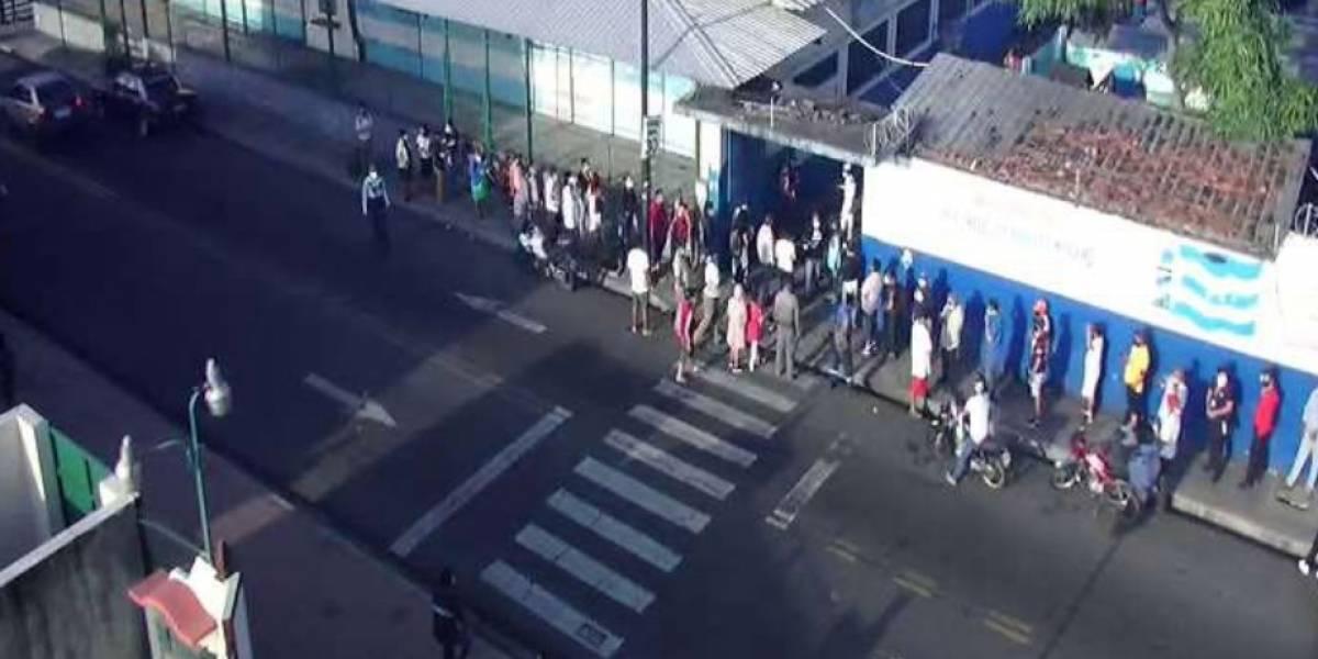 Ecuatorianos madrugaron para ejercer su voto pero con inconvenientes inició el proceso de votación