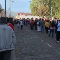 FOTOS: Largas filas fuera de recintos electorales por retraso en instalación de mesas