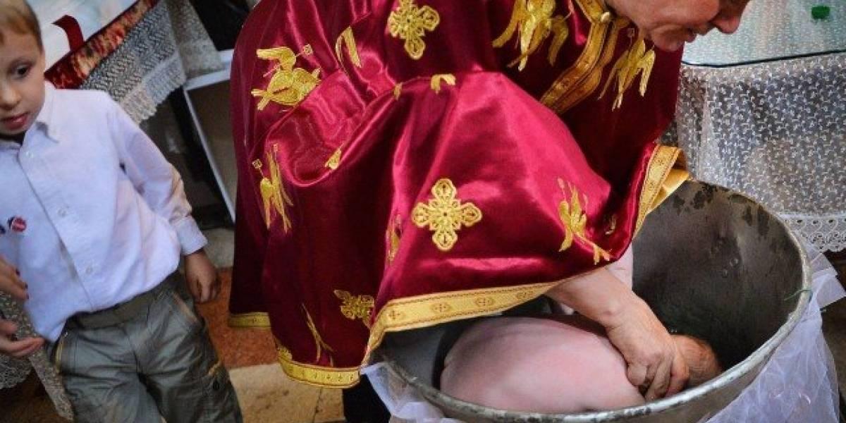 Bebê morre afogado ao ter a cabeça mergulhada em água benta durante cerimônia de batismo
