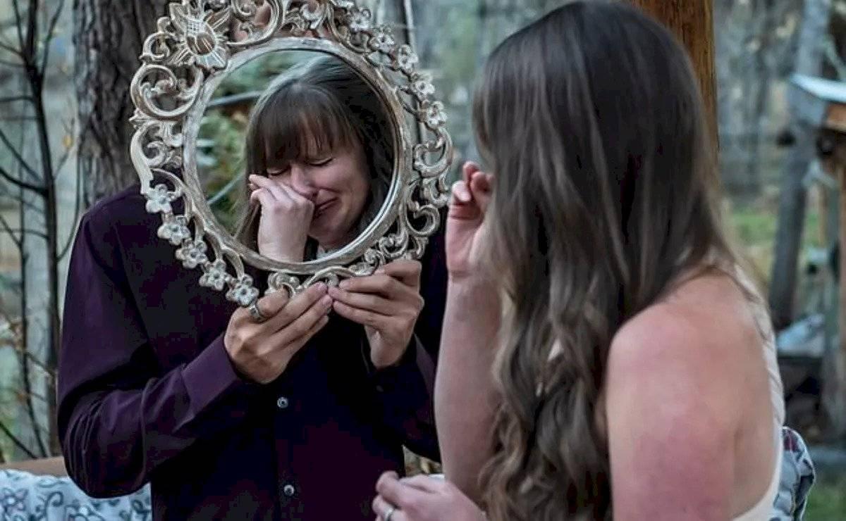 Meg Taylor selló su amor besando su reflejo en un espejo y se echó a llorar de emoción.