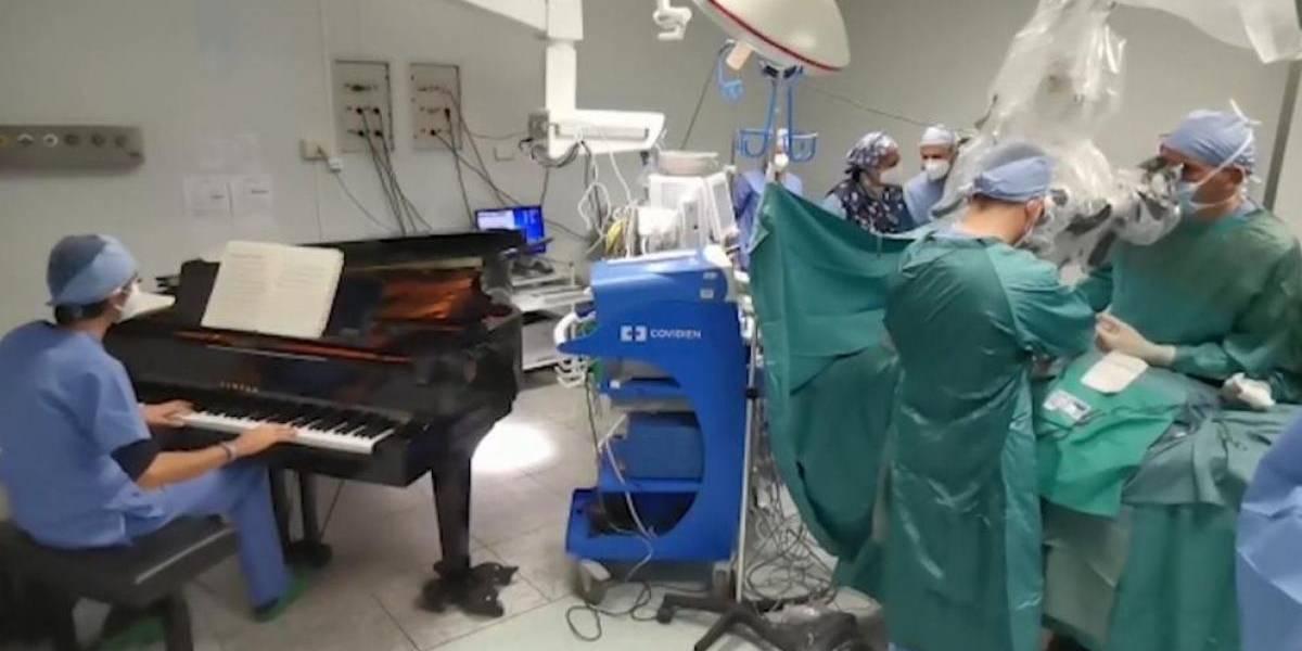 Cirujanos que colocan música en medio de una operación hacen que sus pacientes despierten con menos dolor, sugiere estudio