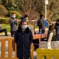 """El origen del virus en un laboratorio es """"extremadamente improbable"""", según jefe de la misión OMS"""