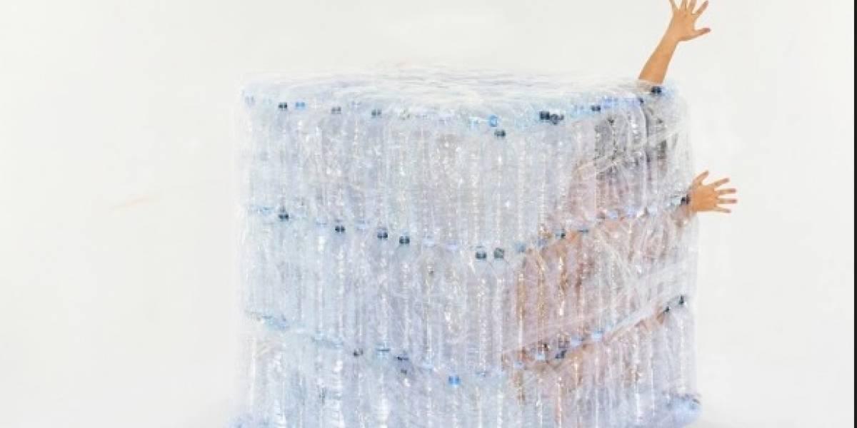 Este cubo resalta los peligros de la contaminación por plástico