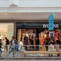 Reabren centros comerciales con largas filas y operativos de seguridad