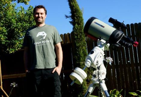 McCarthy y su telescopio especial para sacar fotos al Sol.
