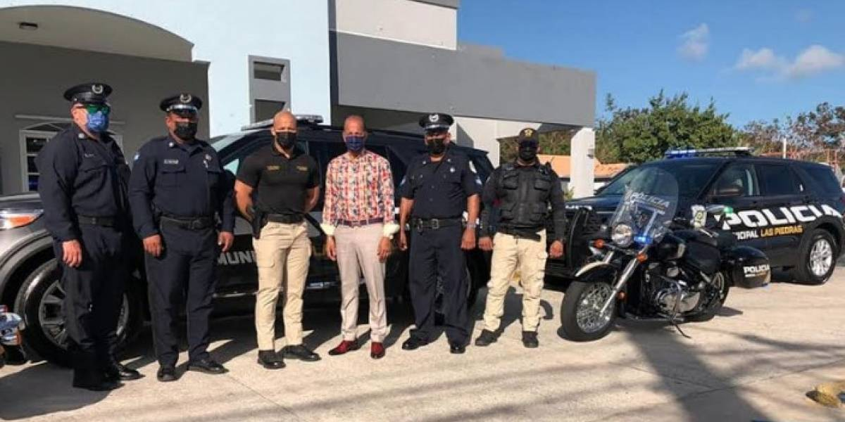 Alcalde de Las Piedras entrega vehículos a Policía Municipal