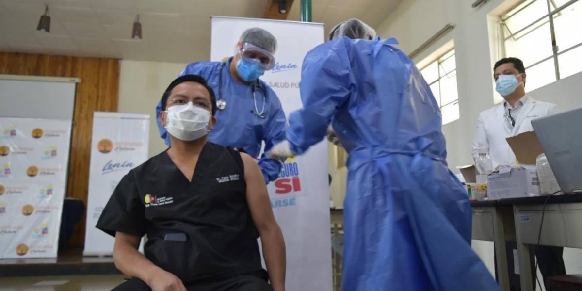 Primer grupo de inmunizados esperan por la segunda dosis de la vacuna contra el coronavirus