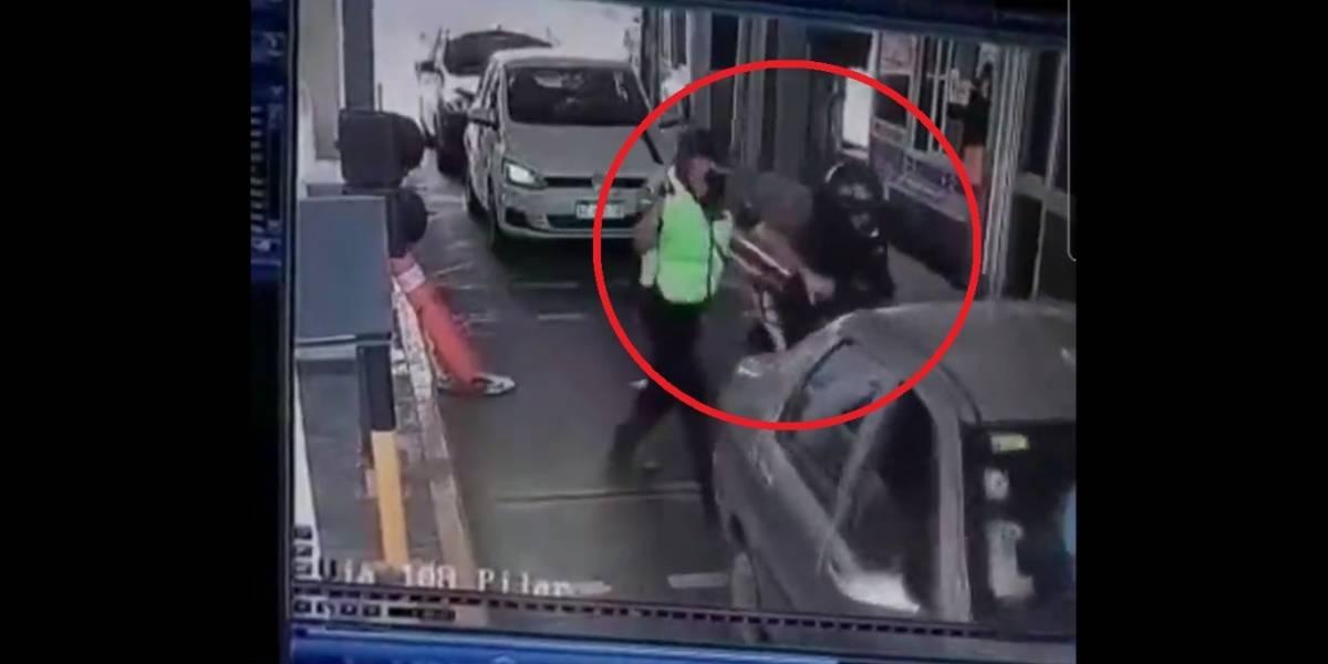 Motociclista tenta furar pedágio e leva surra de policial; veja