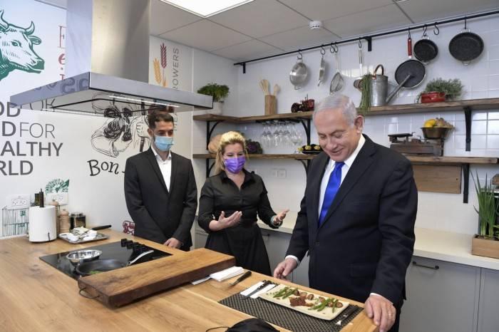 El premier Netanyahu probando la carne de Aleph Farms.